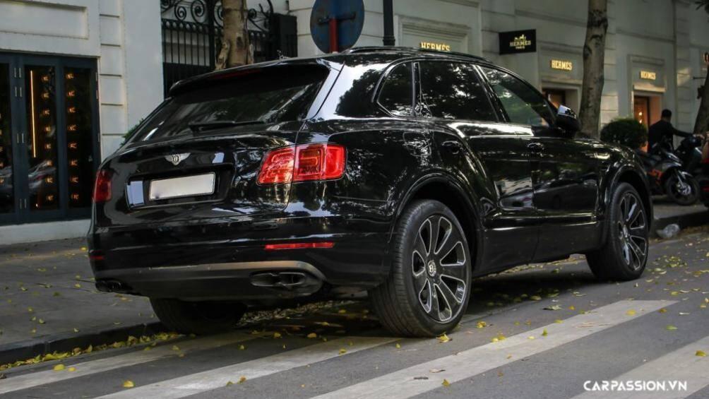 Xe còn được trang bị gói Blackline với những chi tiết mạ crom được thay bằng màu đen bóng như lưới tản nhiệt, viền cửa sổ, đường ốp đen chạy dọc thân xe