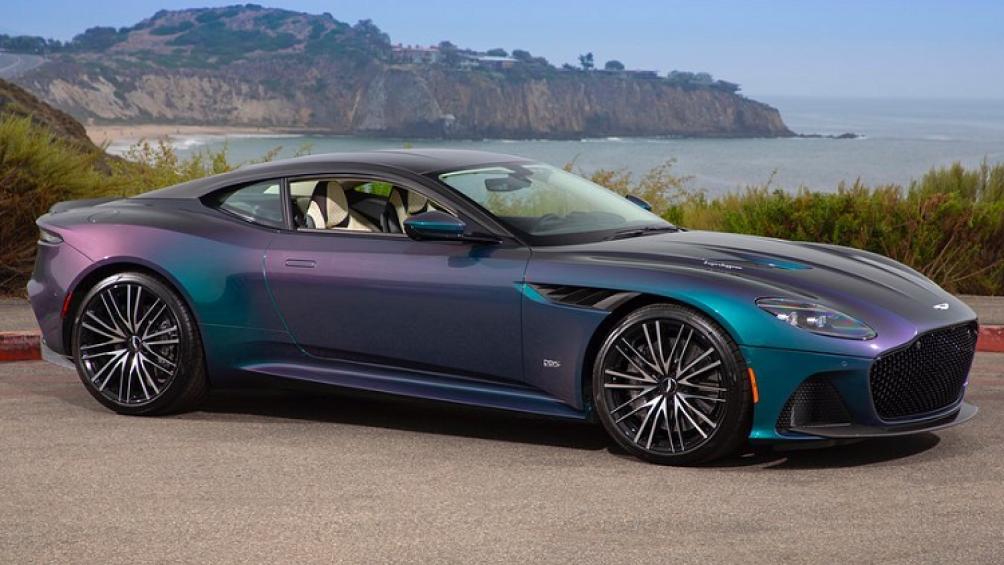 Bộ đôi siêu xe Aston Martin DBS Superleggera màu sơn đặc biệt này có tên gọi Q Spectral Blue với khả năng đổi màu theo góc nhìn