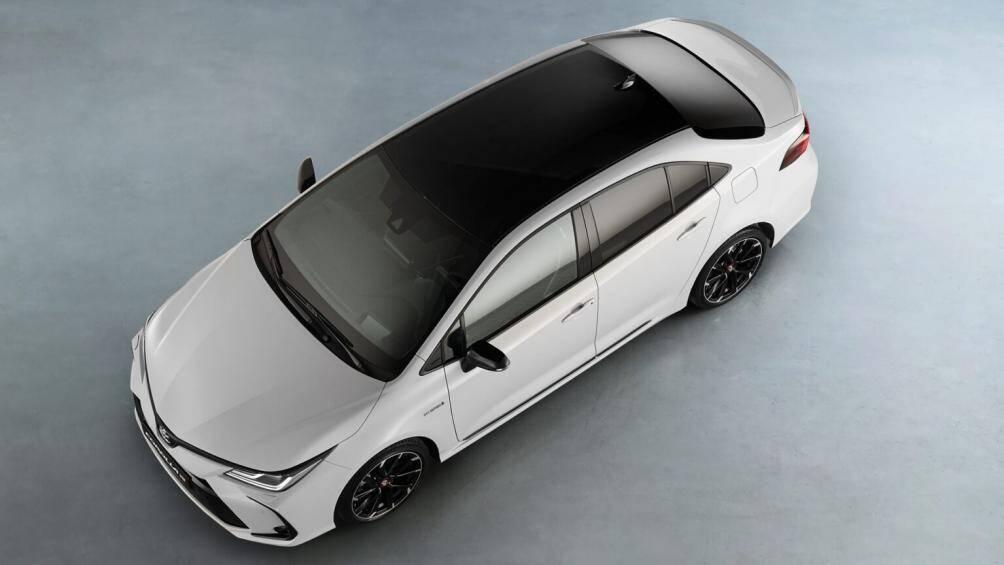 Tại châu Âu, Toyota Corolla Altis GR Sport có 2 tuỳ chọn động cơ xăng là 1.8L hybrid hoặc 1.6L hút khí tự nhiên