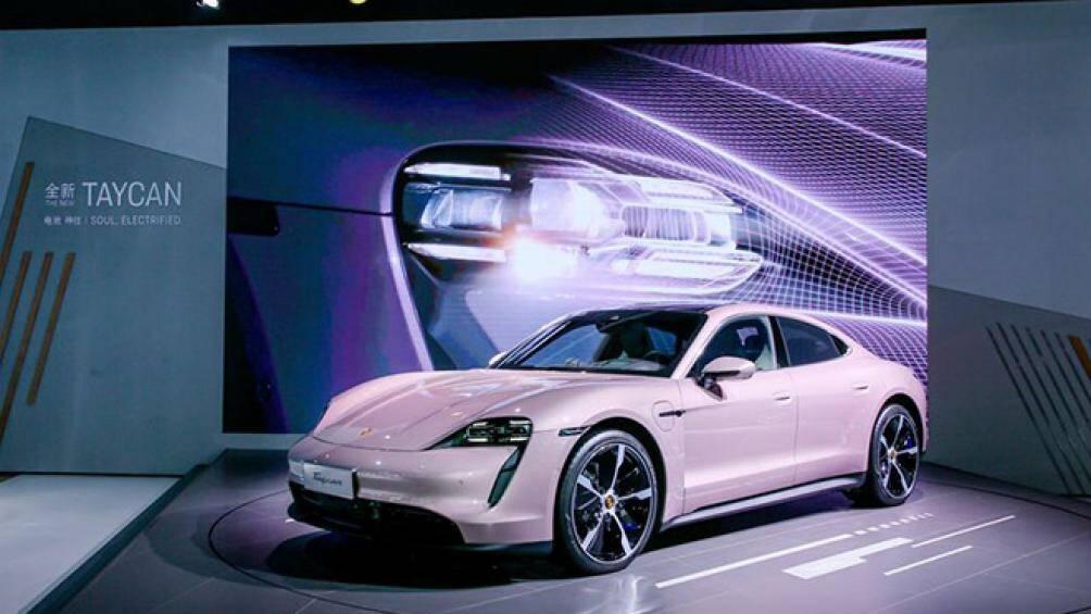 Porsche mới đây đã trình làng mẫu xe điện Porsche Taycan có màu hồng Frozen Berry Metallic độc đáo tại thị trường Trung Quốc
