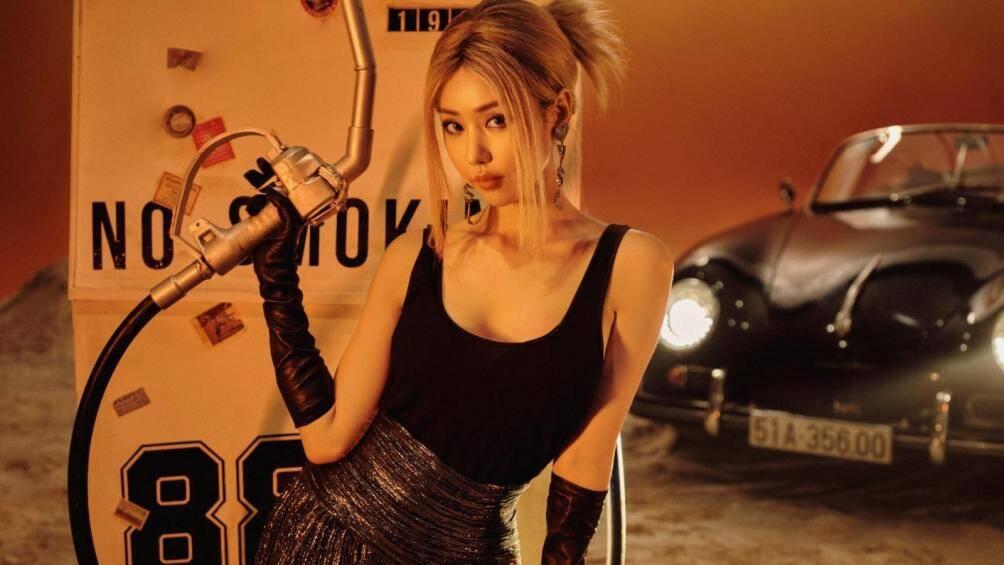 Trong bộ ảnh mới của mình có tên Sunset Driver, nữ ca sĩ Min xuất hiện xinh đẹp và quyến rũ bên cạnh siêu xe Porsche 356A Speedster