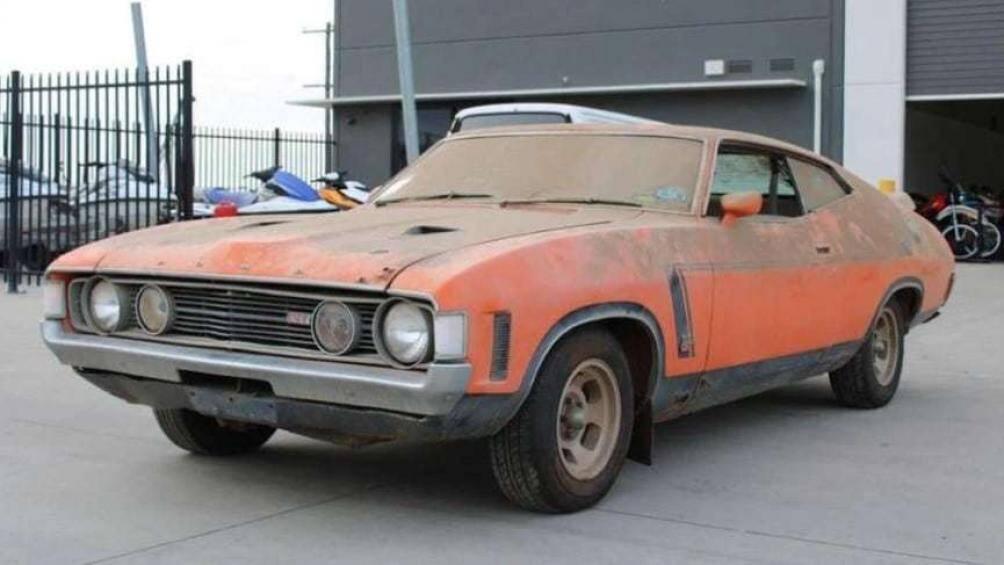 Chiếc Ford Falcon XA GT RPO 83 cũ nát, bị bỏ hoang trong một chuồng gà ở vùng nông thôn Queensland (Australia) trong suốt 43 năm qua đã được một nhà sưu tập xe trả với giá 300.909 USD (tương đương gần 7 tỷ đồng) sau một cuộc đấu giá