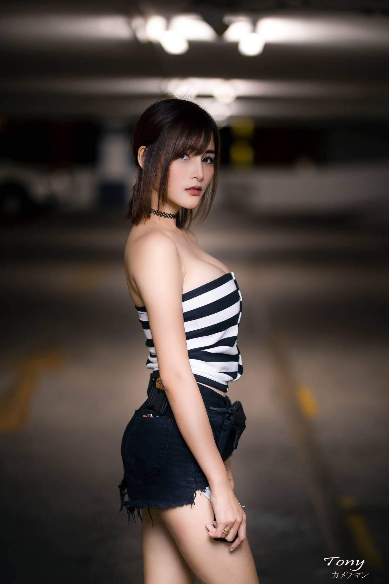 Một số hình ảnh khác của người đẹp Walaya Niwon trong bãi đỗ xe