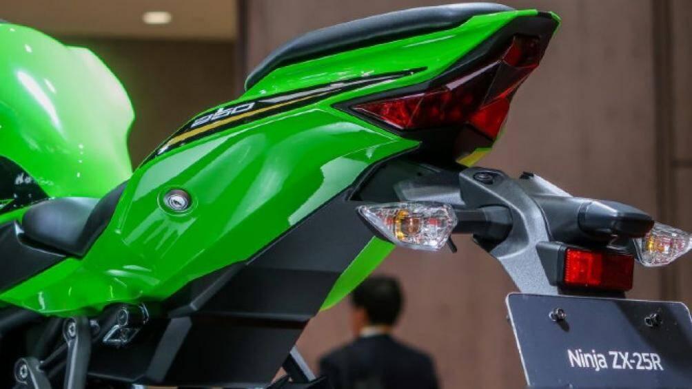 Ở Philippines, mẫu xe mới của Kawasaki có hai màu tùy chọn gồm: màu xanh da trời và xanh lá cây
