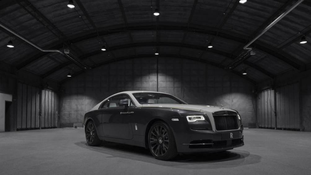 Rolls-Royce Wraith Eagle VIII được sơn hai tông màu sáng và tối – thể hiện sự chuyển sắc của bầu trời từ ngày sang đêm trong suốt hành trình bay
