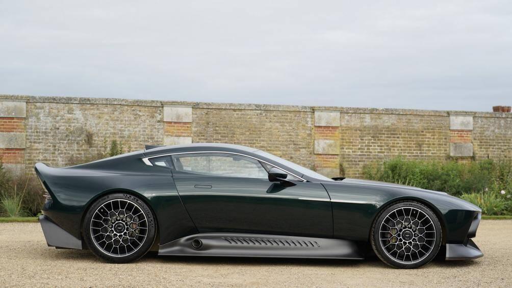 Aston Martin Victor được tạo ra dựa trên bộ vỏ liền khối bằng carbon, tân trang lại hoàn toàn từ chiếc One-77, có sự pha trộn giữa các mảnh ghép từ Vulcan