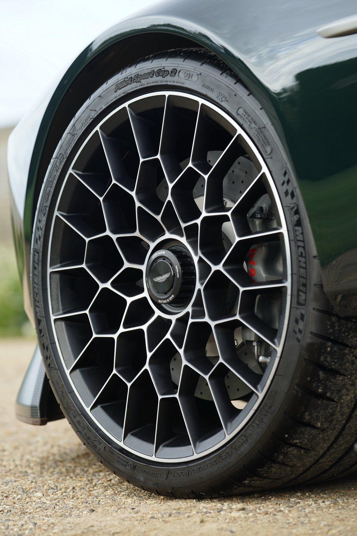 Bánh xe sử dụng công nghệ khóa trung tâm, trong khi phanh carbon-ceramic có đường kính 380mm ở phía trước và 360 mm ở phía sau