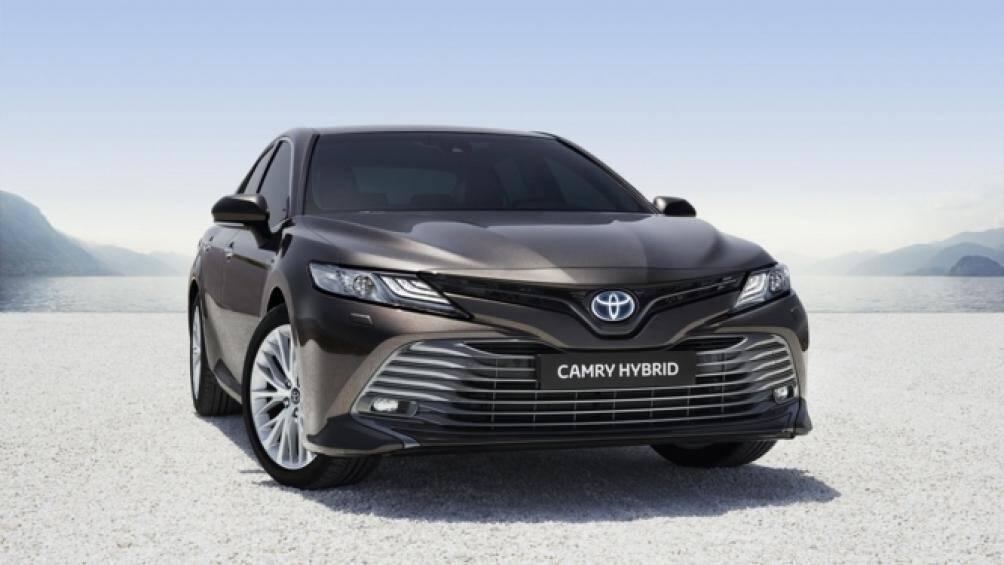 4. Toyota Camry Hybrid 2020 (mức tiêu hao nhiên liệu ở đường hỗn hợp: 5,4 lít/100 km)