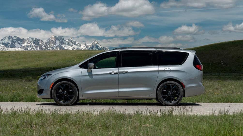6. Chrysler Pacifica 2020 (giá khởi điểm: 34.045 USD, số chỗ ngồi tối đa: 8)