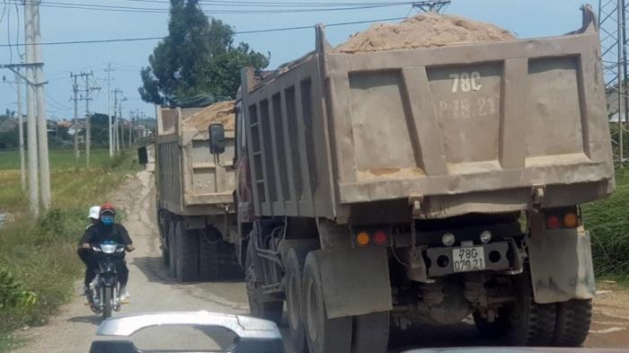 """Phú Yên: Xe quá tải """"đại náo"""" đường làng, vắng bóng lực lượng TTKS"""