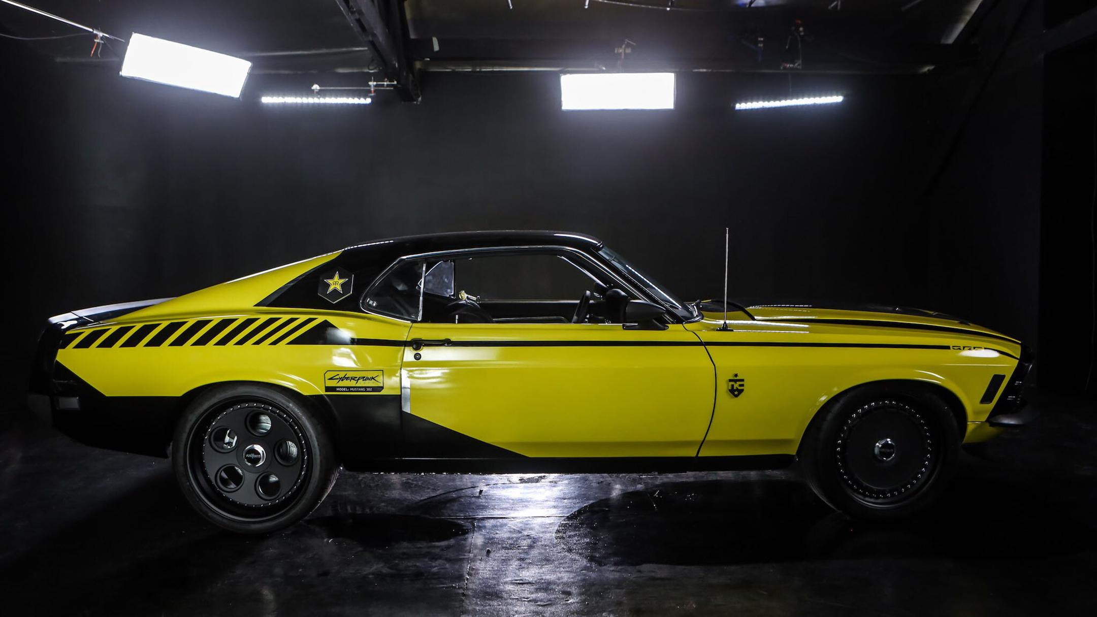 """Chiếc Ford Mustang có tên gọi là Quadra, được độ lại giống y đúc bản mẫu của một chiếc xe mà người chơi có thể lái trong game """"Cyperpunk 2077"""""""