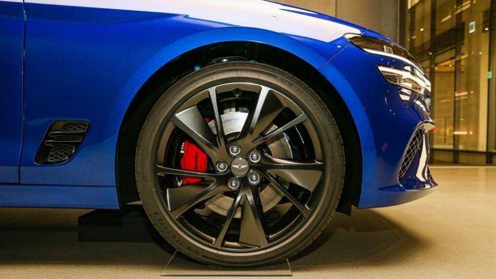 Khe gió sau chắn bùn trước và vành khác biệt cũng là những điểm nhấn trong thiết kế của mẫu sedan hạng C này