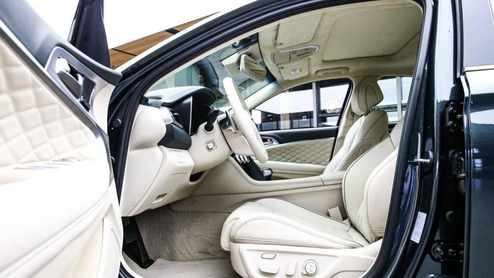 Để đảm bảo không gian nội thất yên tĩnh, thoải mái hơn cho người dùng, Genesis G70 2021 được trang bị kính lái và kính cửa sổ trước cách âm