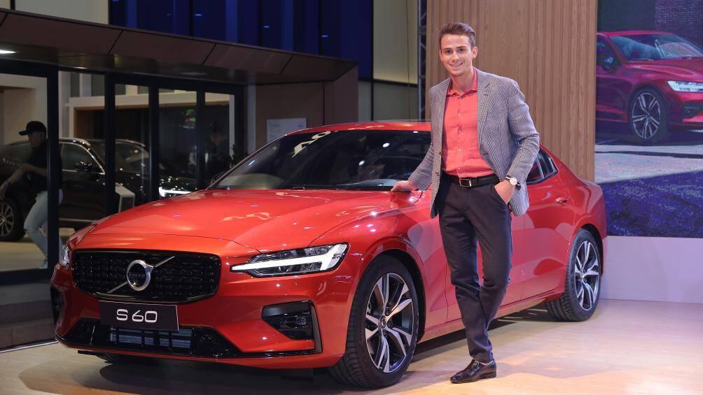 Tối 6/11, mẫu sedan hoàn toàn mới của hãng xe Thụy Điển Volvo S60 R-Design chính thức được giới thiệu với khách hàng tại Hà Nội và khu vực phía Bắc