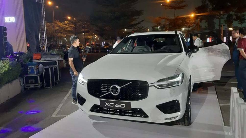Tại buổi ra mắt 2 mẫu xe Volvo XC90 T8 Recharge và S60 R-Design, Volvo Hà Nội còn giới thiệu chiếc XC60 R-Design đến khách hàng Việt Nam. Xe có giá 2,19 tỷ đồng. Đây được xem là bản nâng cấp của XC60 ra mắt Việt Nam vào năm 2017 với gói trang bị R-Design. Nhờ gói trang bị này, XC60 2020 trông thể thao và cá tính hơn
