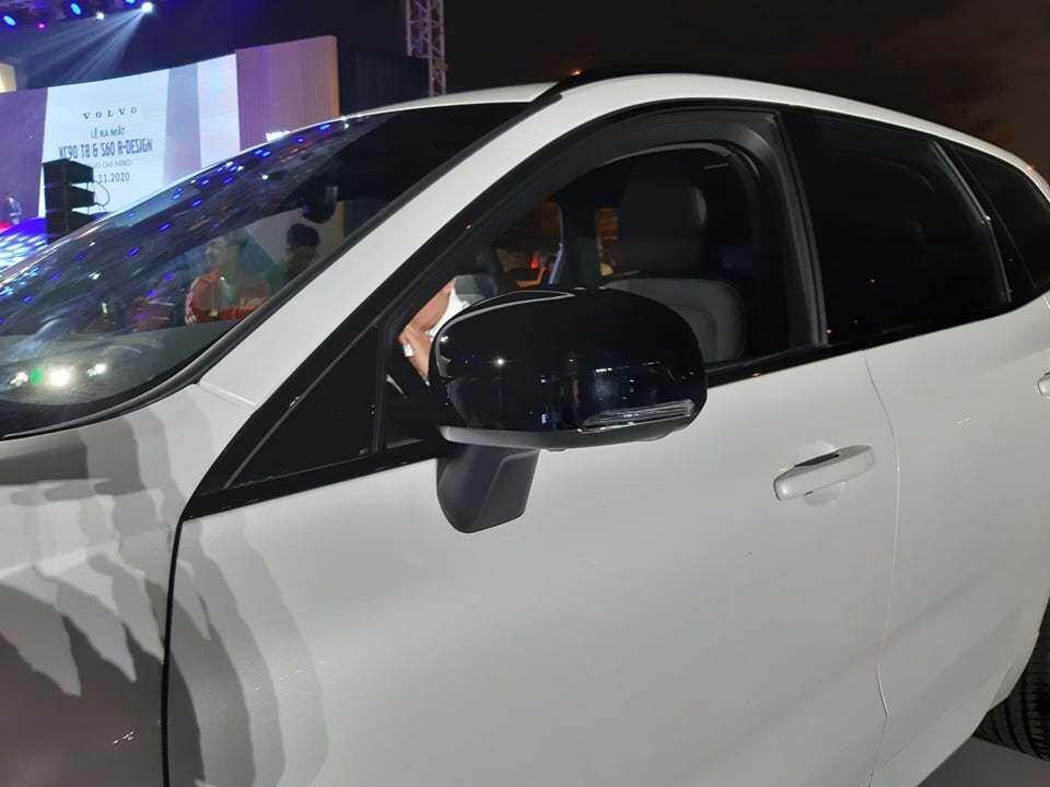 Điểm nhấn của XC60 tại Việt Nam là gói ngoại thất R-Design với các chi tiết sơn tối màu như lưới tản nhiệt, hốc đèn sương mù, gương chiếu hậu, baga mui
