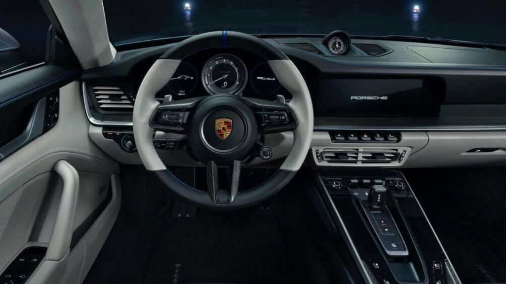 """Khoang lái của 911 Turbo S """"Duet"""" được bọc da với hai tông màu chủ đạo là đen và xám tro, đi cùng chỉ khâu tương phản màu xanh nổi bật"""