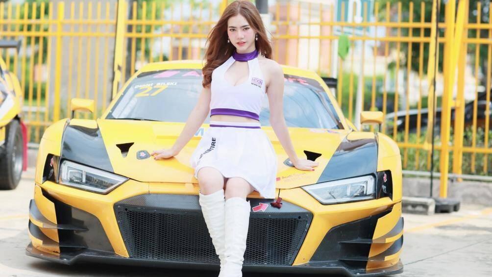 Fang Thanatcha sinh năm 1999, người đẹp hiện đang là mẫu trẻ khá hot với lời mời lầm mẫu ảnh của các shop thời trang cho tới xe hơi