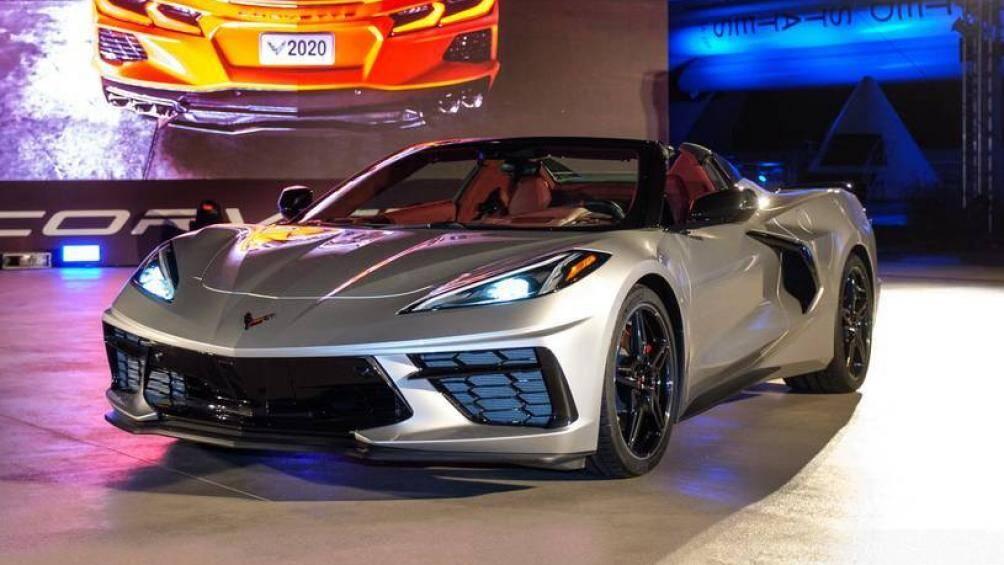 1. Chevrolet Corvette Convertible 2021 (giá khởi điểm: 58.900 USD, điểm tổng thể: 9/10)