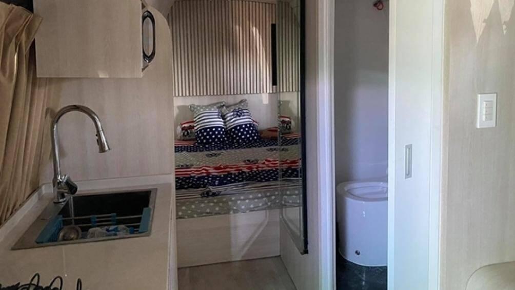 Xe được thi công lại phần nội thất và trở thành ngôi nhà đặc biệt với đầy đủ các vật dụng cũng như tiện nghi cho một gia đình nhỏ