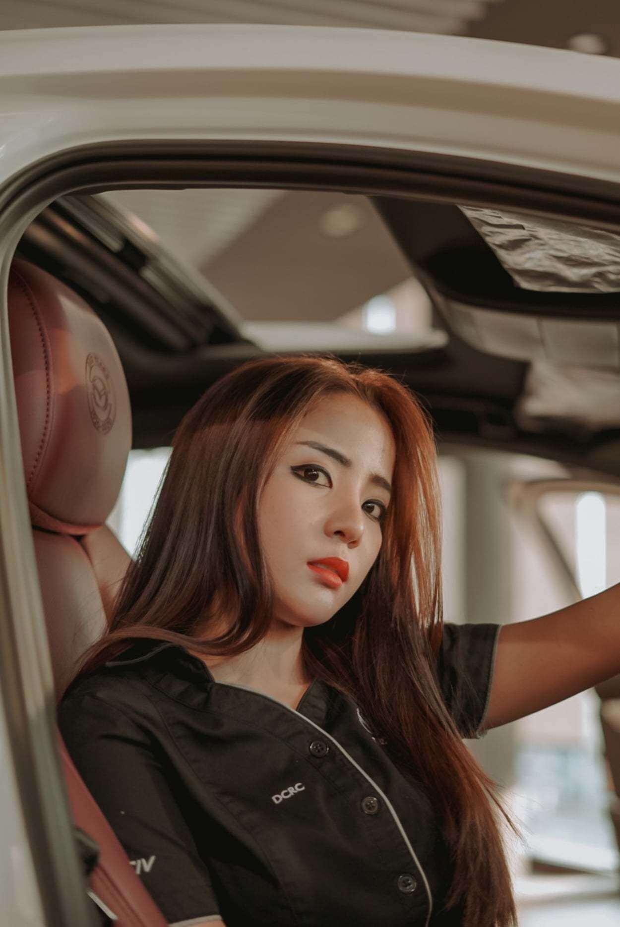 Sánh vai cùng xế hộp Mazda màu trắng quyến rũ là người đẹp Thái Lan Jularat Raveeripoopai