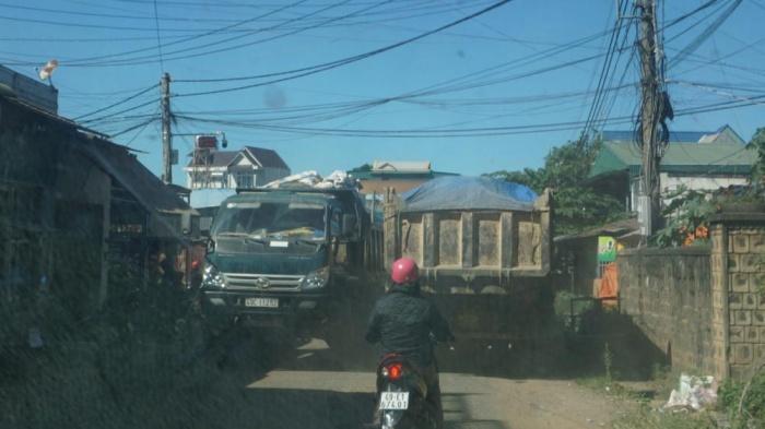Xe ben chở đất có ngọn chen lấn trên đường thị trấn Liên Nghĩa chật hẹp