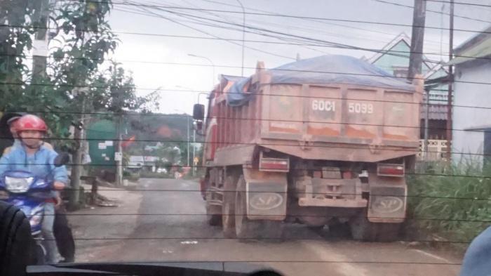 Xe ben chở đất, cát không phủ bạt náo loạn đường phố Bảo Lộc 4