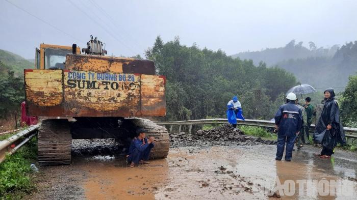 Cận cảnh hiện trường sụt lún trên QL26, giao thông tê liệt hoàn toàn 8