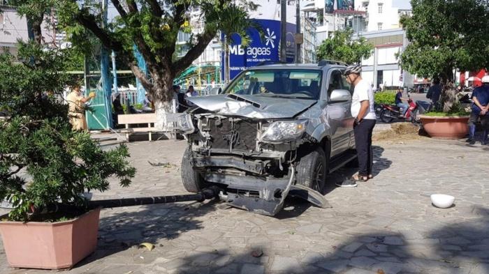 Du khách hú vía khi xe 7 chỗ lao vào điểm tham quan ở Nha Trang 1