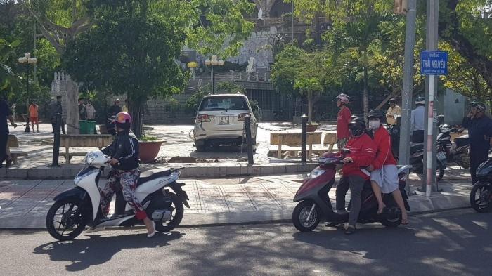 Du khách hú vía khi xe 7 chỗ lao vào điểm tham quan ở Nha Trang 2