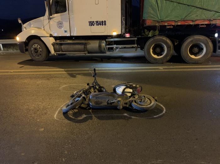 Hai học sinh đi xe đạp điện bị thương sau tai nạn với xe ô tô đầu kéo 1