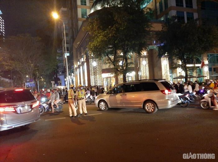 CSGT TP.HCM 'vã mồ hôi' điều tiết giao thông trong đêm Giáng sinh