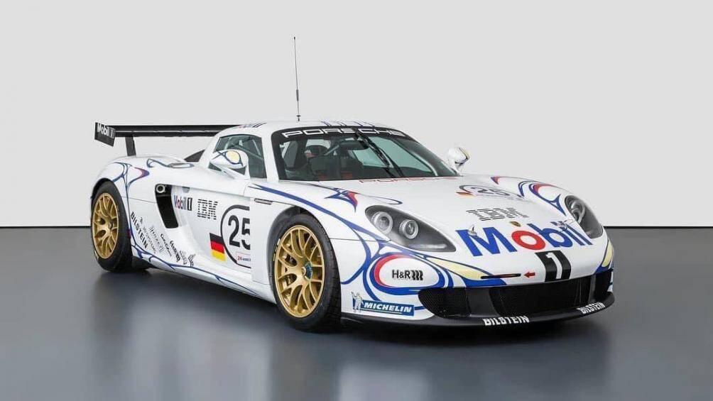 Ban đầu, nguyên mẫu đầu tiên của Carrera GT được Porsche thiết kế để tiếp nối chiếc 911 GT1 tham gia vào phân khúc LMP1 nhưng giải đua đã bị hủy