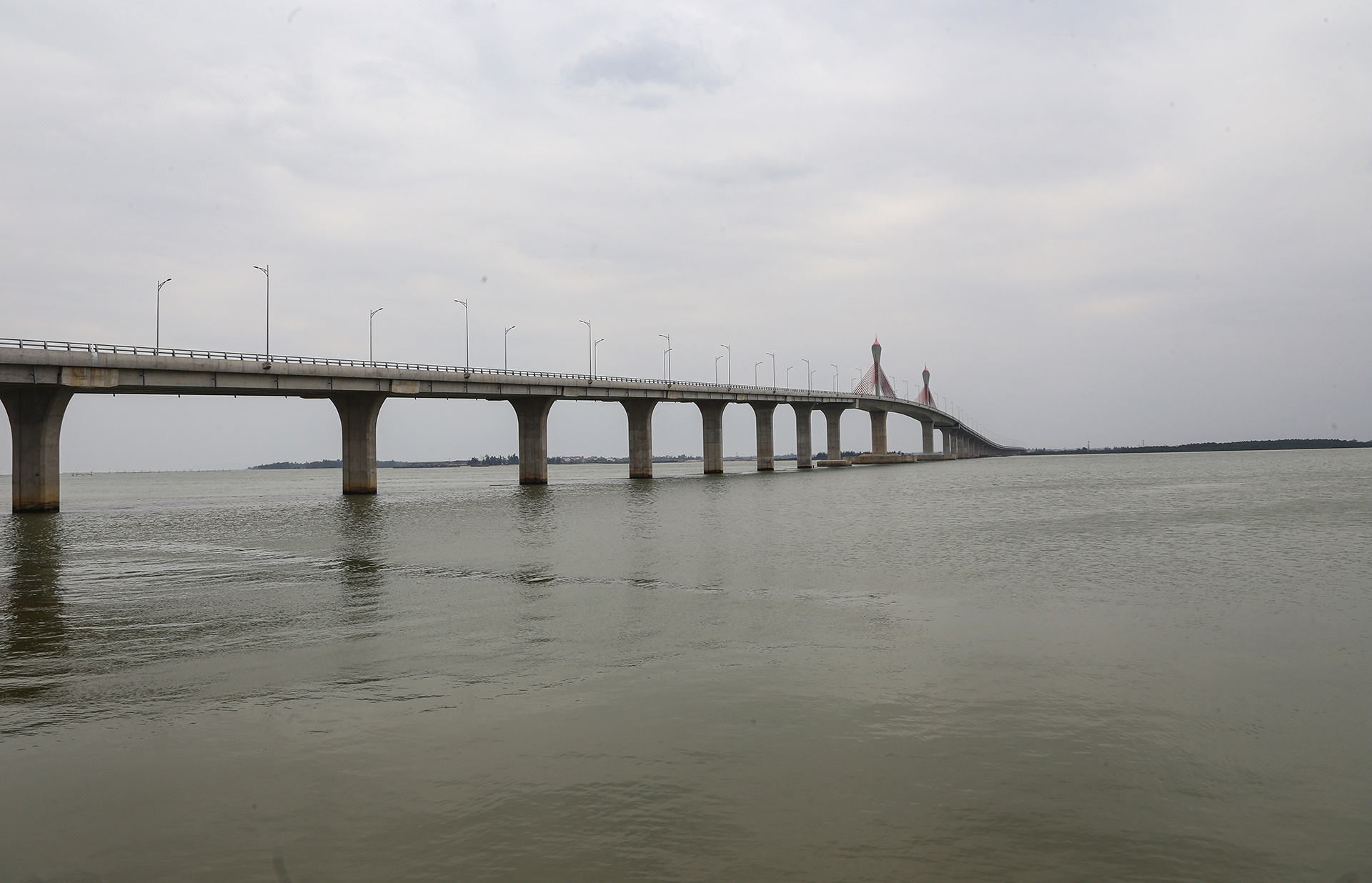 Theo dự kiến ngày 18/1 sẽ diễn ra lễ khánh thành, thông xe Dự án đầu tư xây dựng cầu Cửa Hội bắc qua sông Lam, nối hai tỉnh Nghệ An - Hà Tĩnh.