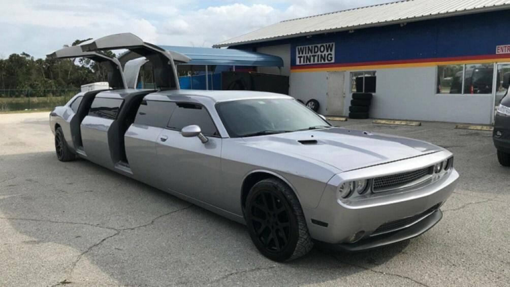 Chiếc xe cơ bắp Dodge Challenger 2013 limousine bản độ với cửa mở dạng cánh chim trong bài viết này đang được chào bán trên Ebay với giá rẻ bất ngờ