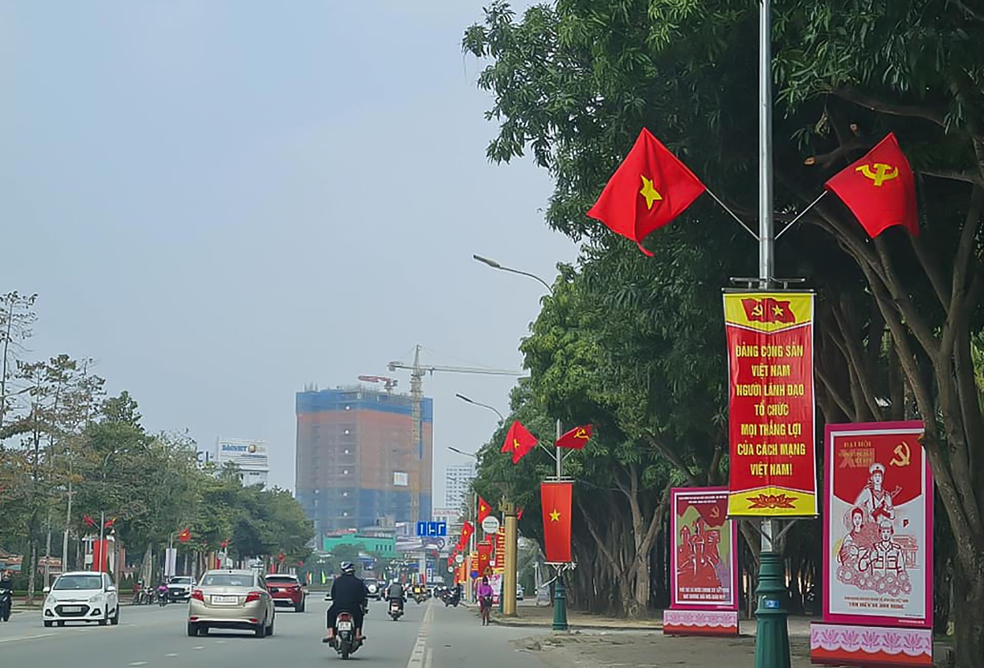Trong không khí chào mừng Đại hội Đảng toàn quốc lần thứ XIII, ở tất cả các địa phương của tỉnh Nghệ An: từ thành thị đến nông thôn; từ đồng bằng cho đến đồng bào miền núi xa xôi đều tràn ngập cờ hoa.