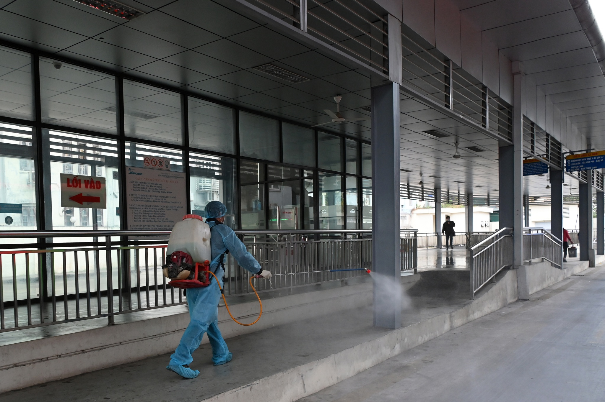 Chiều nay (28/1), Xí nghiệp xe buýt nhanh BRT (Tổng công ty Vận tải Hà Nội - Transerco) đã  tiến hành phun khử trùng phương tiện, nhà chờ nhằm tăng cường phòng chống dịch bệnh Covid-19 đang lan rộng.