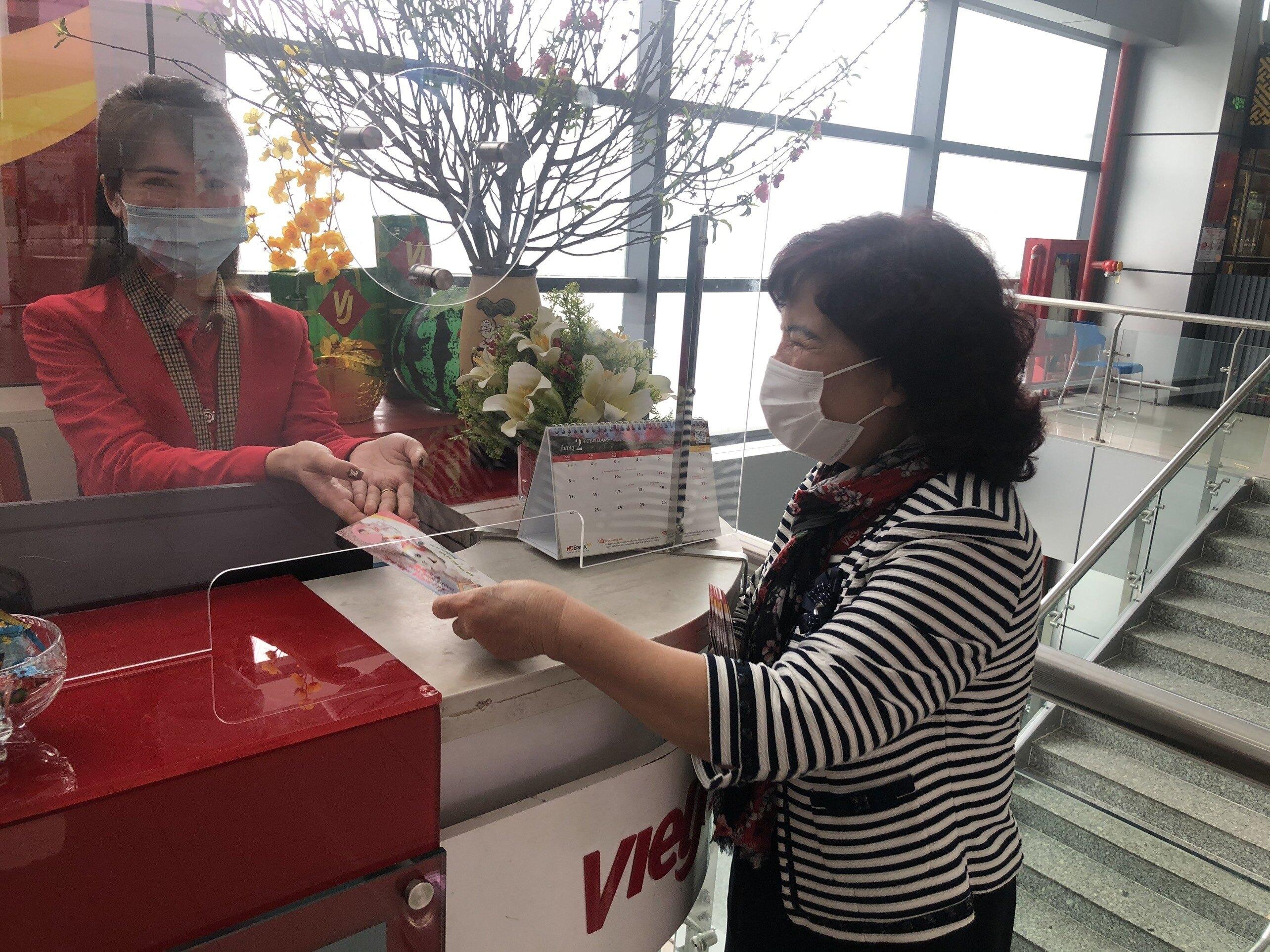 Chủ tịch Hội đồng Quản trị Nguyễn Thanh Hà đã có mặt tại sân bay Nội Bài để chúc mừng năm mới, tặng quà may mắn đầu năm cho các nhân viên đang làm nhiệm vụ.