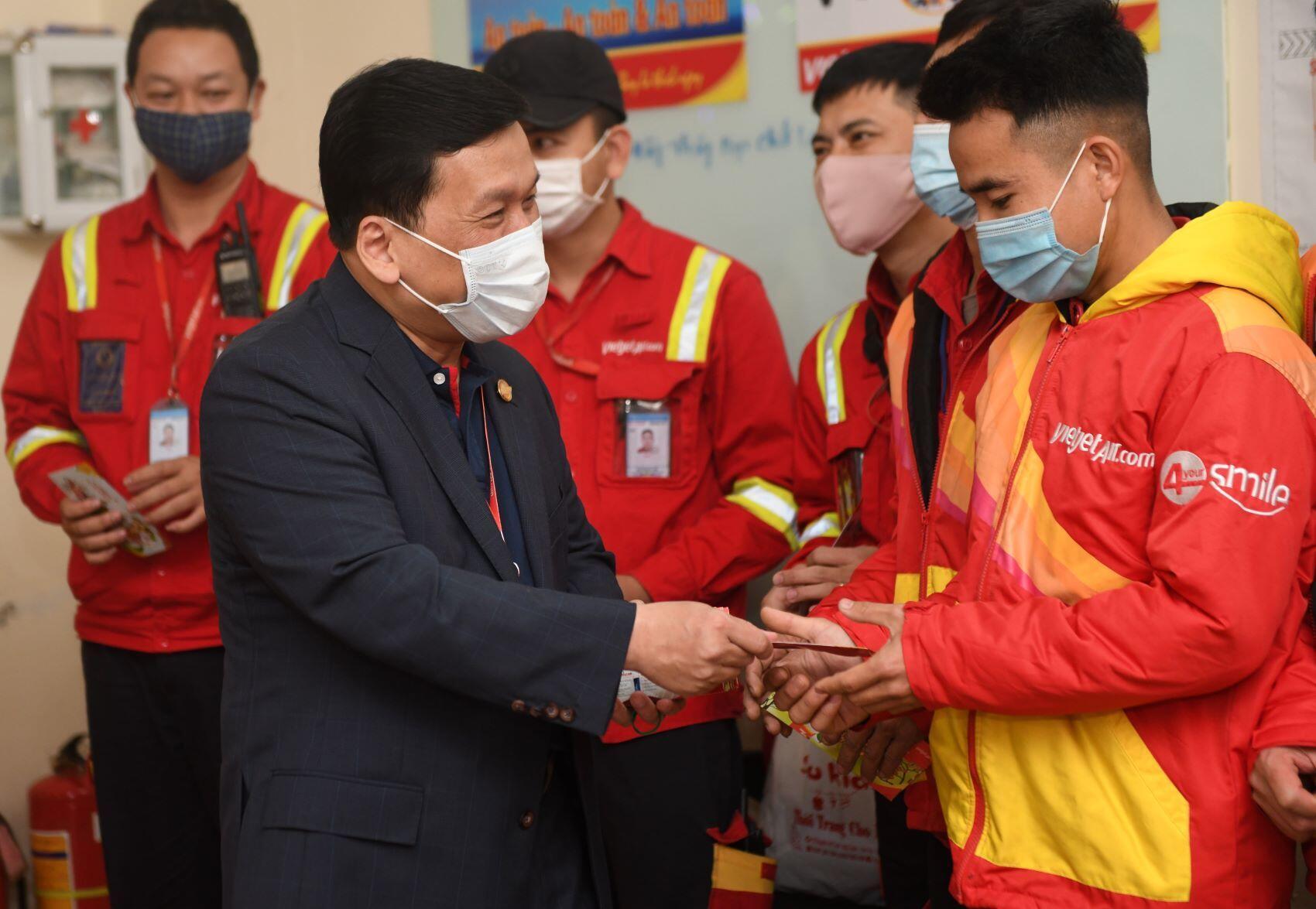 Giám đốc Điều hành Vietjet Đinh Việt Phương chúc mừng năm mới các cán bộ nhân viên tại sân bay Nội Bài, Tân Sơn Nhất
