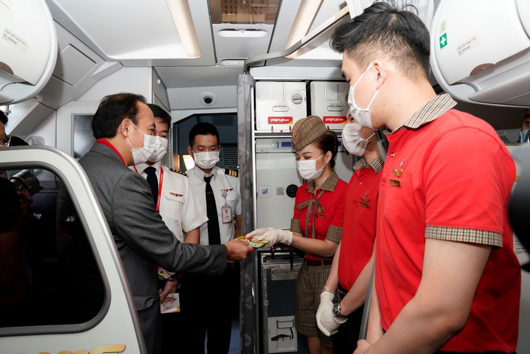 Phó Tổng giám đốc Vietjet Tô Việt Thắng (ngoài cùng bên trái) cùng các nhân viên đang làm việc sáng Mùng 1