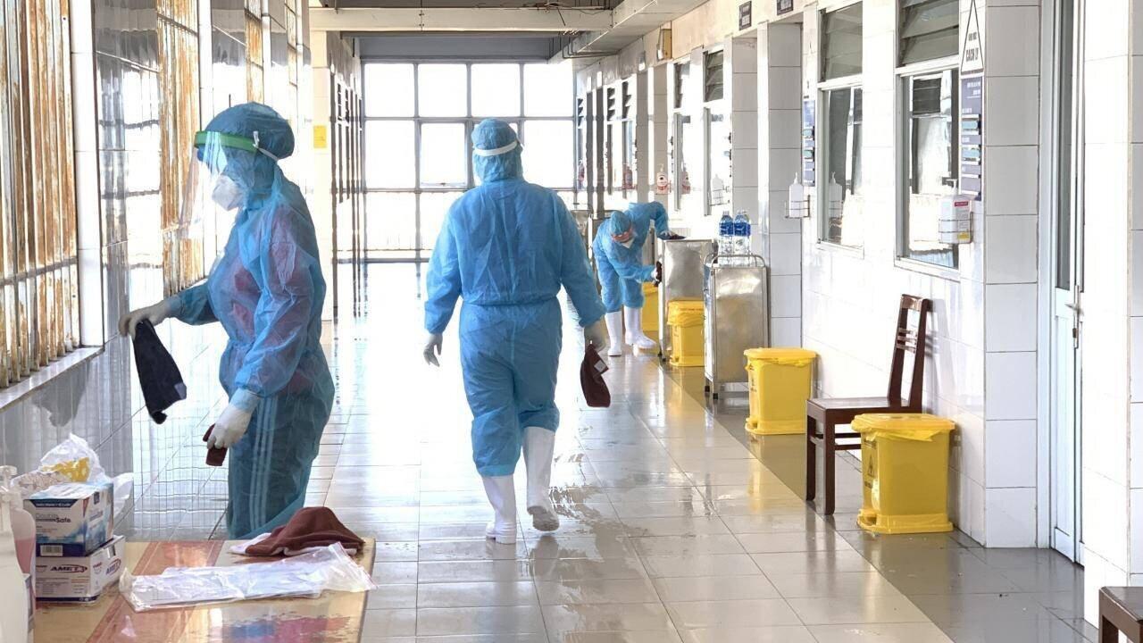 Toàn bệnh viện thường xuyên được các y bác sỹ lau chùi, phun thuốc khử khuẩn đảm bảo hạn chế thấp nhất nguồn lây nhiễm.