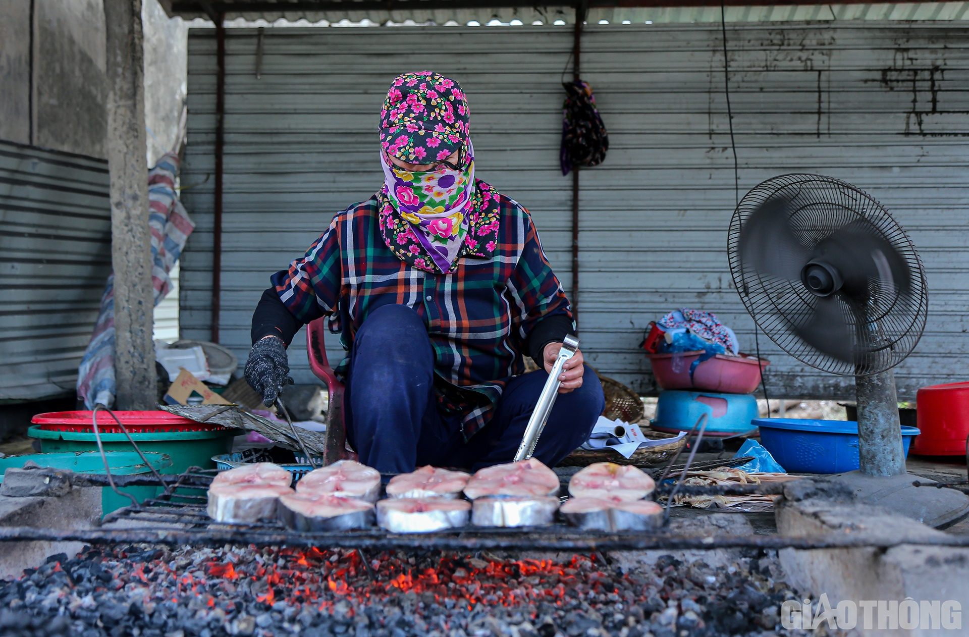 """Dọc tỉnh lộ 9, đoạn qua xã Hộ Độ, huyện Lộc Hà, tỉnh Hà Tĩnh có một """"làng"""" với khoảng hơn 10 hộ làm nghề nướng cá nổi tiếng của cả vùng."""