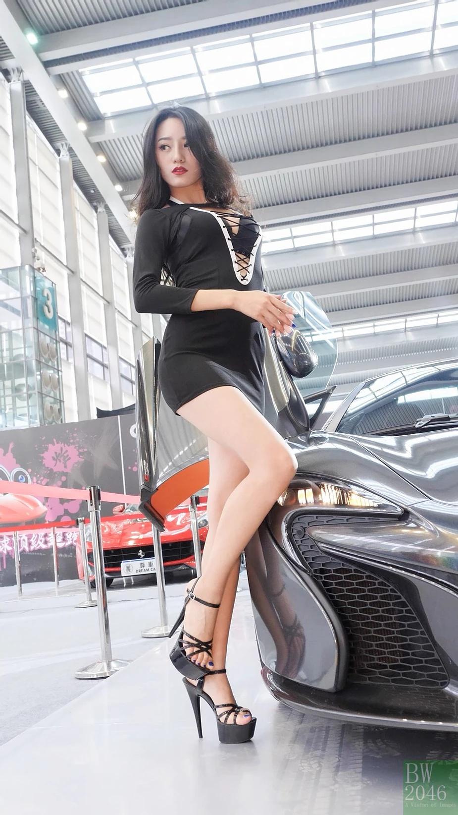 Với chiếc váy đen bó sát gợi cảm khoe làn da trắng ngần, người đẹp tự tin tạo dáng trước rừng ống kính tại triển lãm xe Thâm Quyến