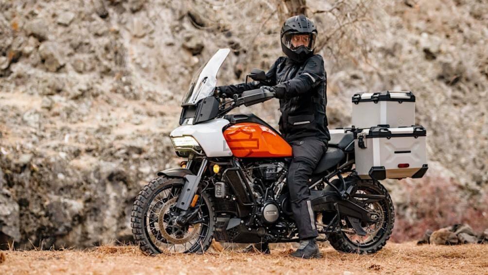 Harley-Davidson vừa chính thức cho ra mắt mẫu mô tô địa hình đa dụng có tên Pan America 2021 với giá bán từ 17.319 USD (hơn 400 triệu đồng)