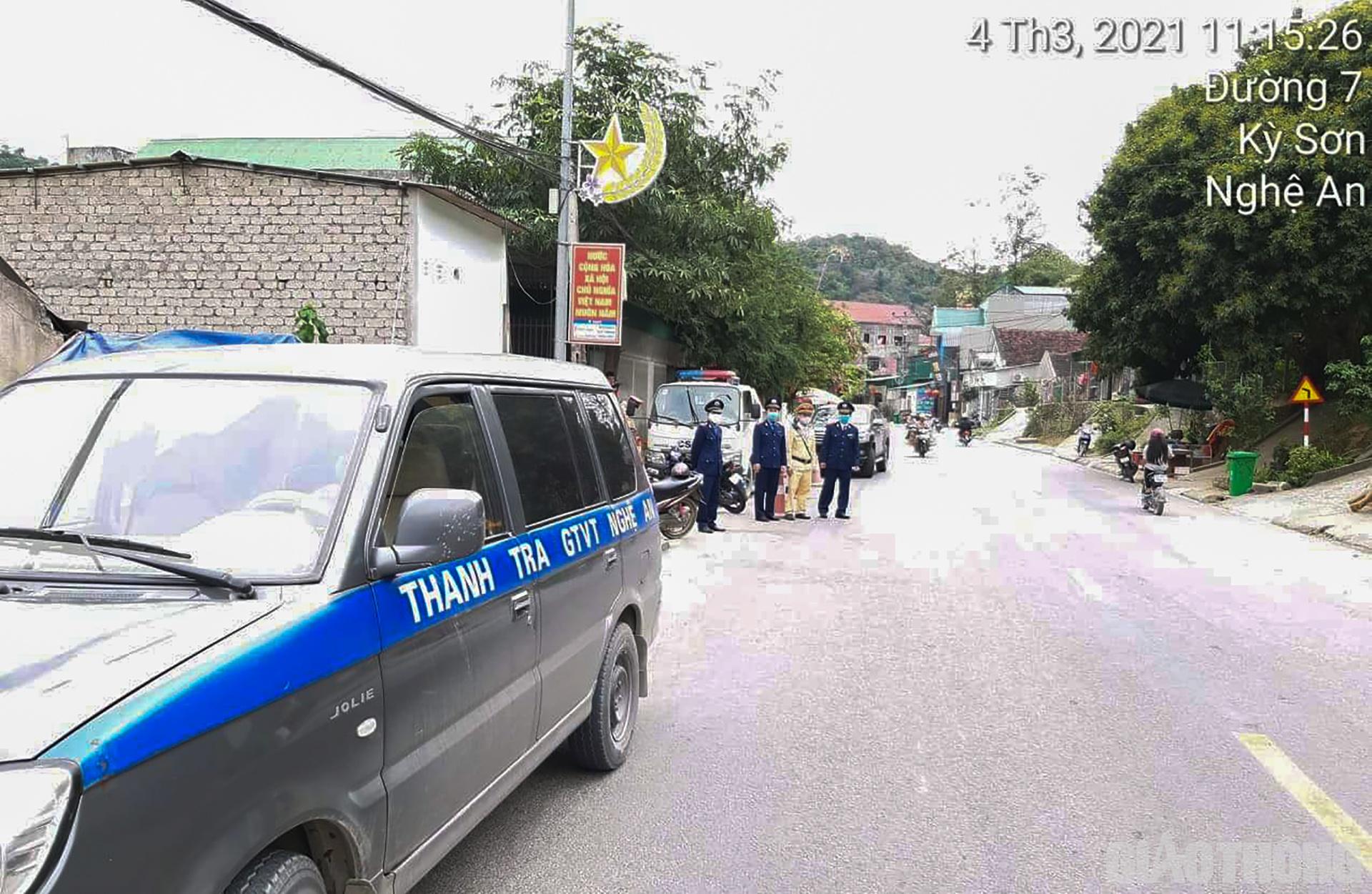 Chiều 3/3, hơn 30 nhà xe khách chạy tuyến cố định từ Vinh đi các huyện miền núi phía Tây tỉnh Nghệ An đã kéo đến Bến xe Bắc Vinh căng băng rôn để phản đối tình trạng xe dù xe chạy vượt tuyến tranh giành khách. Tiếp nhận thông tin, trong sáng 4/3, Sở GTVT Nghệ An đã chỉ đạo lực lượng Thanh tra Giao thông (TTGT) cử 2 đội lên tăng cường kiểm tra hoạt động vận tải khách trên tuyến QL7. Trong đó, một đội TTGT sẽ phối hợp với Công an kiểm tra, kiểm soát ở 2 huyện Kỳ Sơn và Tương Dương, một đội sẽ kiểm tra, kiểm soát ở khu vực Anh Sơn.