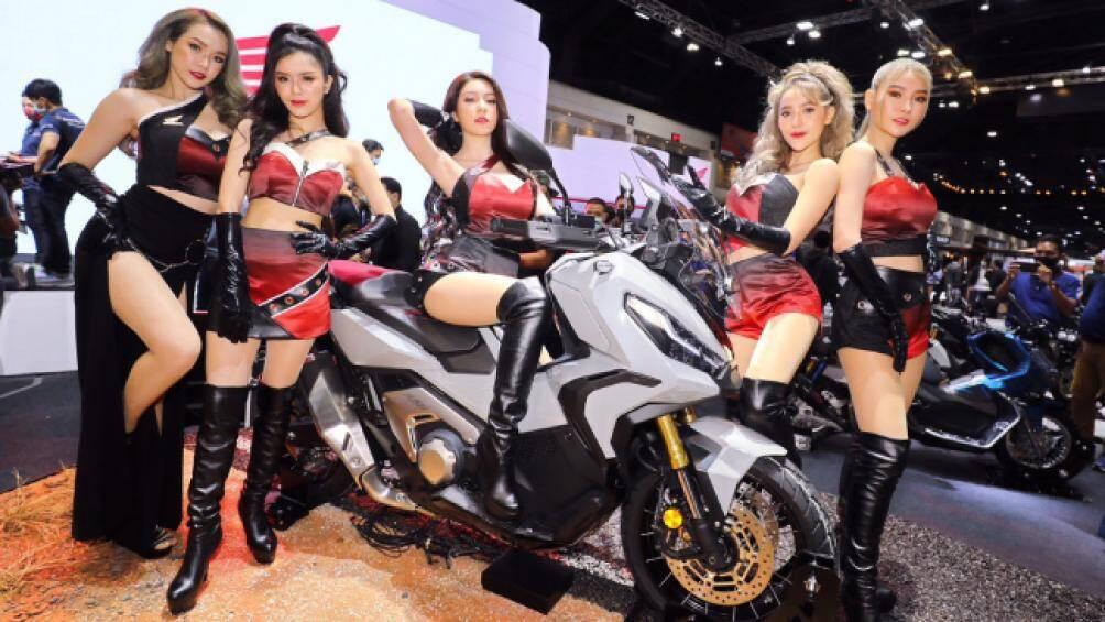 Dàn người đẹp đang quây quần bên mẫu SUV Bike X-ADV750 của Honda. Mẫu xe tay ga này có giá lên tới 319 triệu đồng