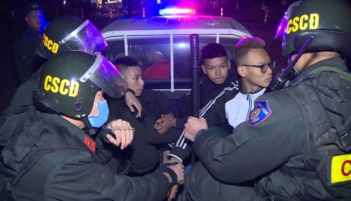 Bắt nhóm thanh niên đi xe lạng lách, ném gạch, đá vào Cảnh sát Cơ động 2