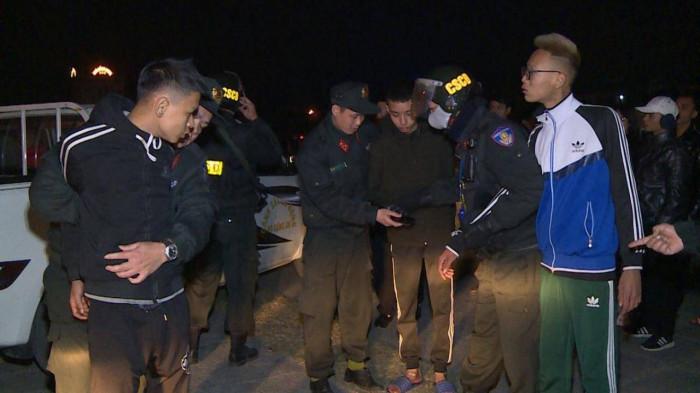 Bắt nhóm thanh niên đi xe lạng lách, ném gạch, đá vào Cảnh sát Cơ động 1