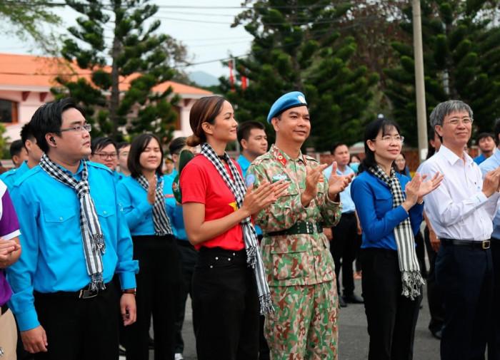 Hoa hậu HHen Niê trầm tư, ít cười hơn khi đến Côn Đảo