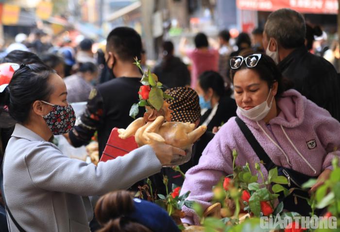 chùm ảnh: người hà nội chen chân mua gà luộc ngậm hoa hồng cúng giao thừa